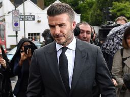David Beckham slammed 6 months driving ban for using cell phone behind the wheels