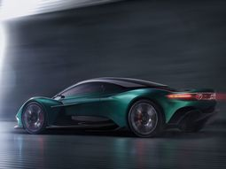 Against the tide! New Aston Martin Vanquish offers Manual 'Box