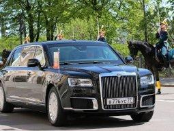 A white Vladimir Putin's Aurus Senat Limo was damaged by a minibus