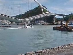 [Video] Taiwan bridge collapses after an oil tank crosses it!