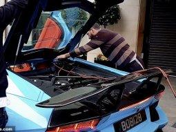 Moment an ₦134m electric blue Lamborghini Aventador gets a jump-start from passing motorist