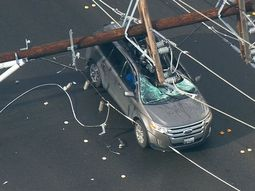 4 tips to avoid electrocution if electric pole falls on your car