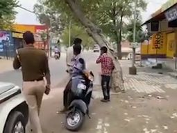 [Video] Indian police violently beat motorists amidst coronavirus mandatory lockdown