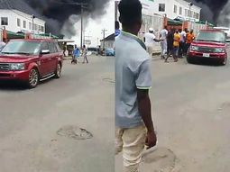 Video reveals moment when a man pretending to help allegedly steals a Range Rover SUV during the recent Lagos fire incident