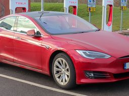 Tesla sets new record with 402-mile EPA-rated driving range of its Model S