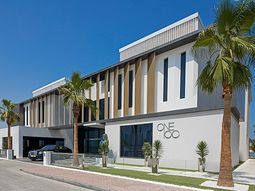 [Photos] This Dubai mansion comes with a Ferrari and Rolls-Royce as bonus