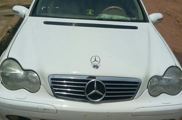 Selling white 2003 Mercedes-Benz C240 automatic at mileage 75,000