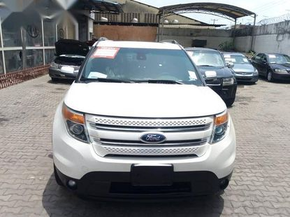 Selling white 2014 Ford Explorer automatic