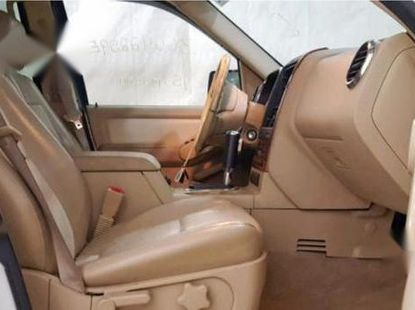 Sell well kept white 2006 Ford Explorer suv at price ₦2,700,000