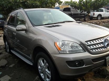 Foreign Used 2006 Silver Mercedes-Benz ML350 for sale in Lagos.