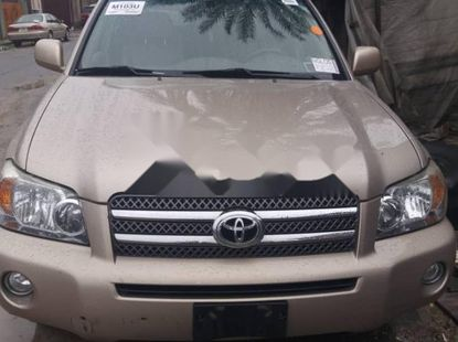 Foreign Used 2006 Gold Toyota Highlander for sale in Lagos.